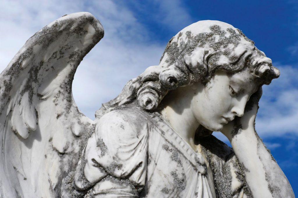 Nagrobki nietypowe z rzeźbami Rzeszów